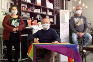 Drei Mitarbeiter*innen des anyway sitzen mit Maske und Abstand im Café.