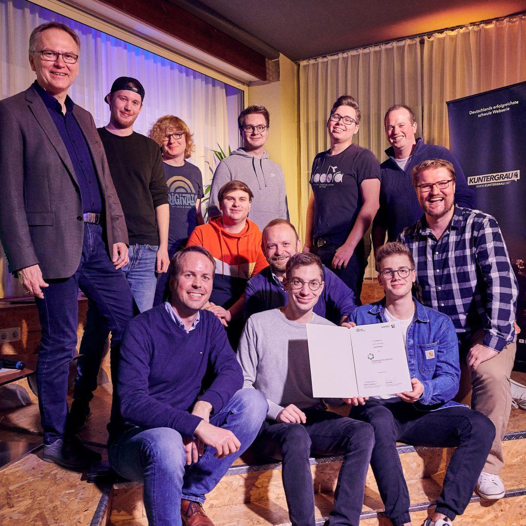 Übergabe der Auszeichnung an das Filmteam auf der Bühne im anyway, Foto: Marius Steffen, www.mariussteffen.de